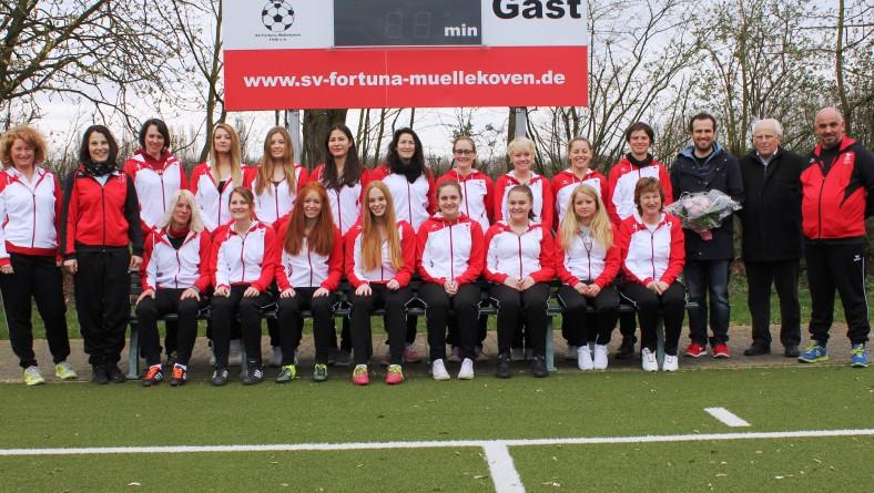 Damenmannschaft mit neuen Trainingsanzügen…